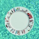 assiette en porcelaine, made in france par Revol porcelaine, avec le thème des vacances au bord de la mer, le pays basque, les enfants à la plage et les surfeurs ; creation graphique béatrice pene pour assiettes et compagnie