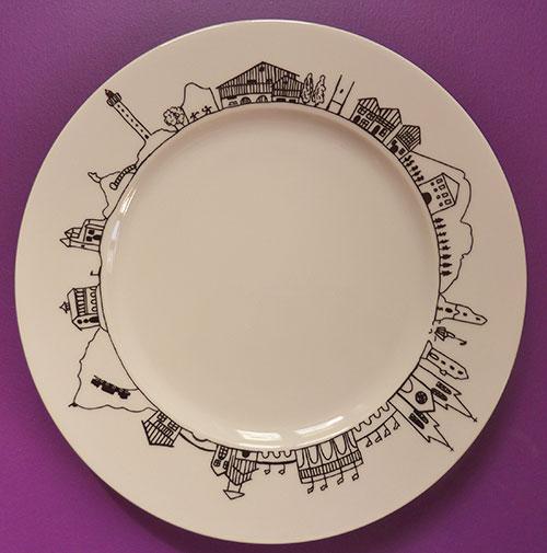 assiette pays basque reprend tous les monuments emblématiques de la région du pays basque, une création assiettes et compagnie editée par la maison Revol, fabrication française