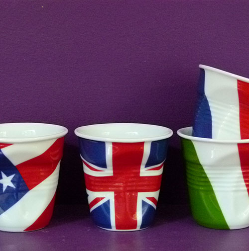 coffret de 4 tasses flag avec USA, France, Italie et Grande Bretagne, qui sont les 4 premières tasses drapeaux de revol, collection flag by béatrice pene