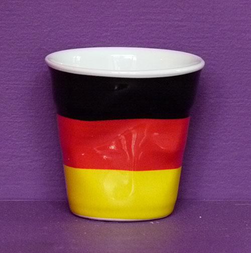 l'Allemagne en version tasse à café froissée par Revol est une création de Béatrice Pene pour la célèbre manufacture de porcelaine française