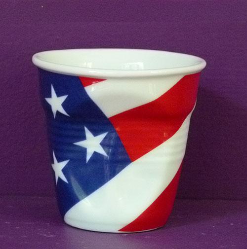 USA en version tasse à café froissée par Revol est une création de Béatrice Pene pour la célèbre manufacture de porcelaine française