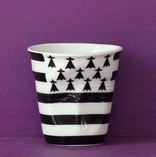 la bretagne en version tasse à café froissée par Revol est une création de Béatrice Pene pour la célèbre manufacture de porcelaine française