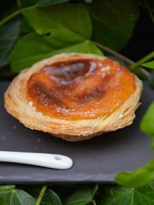 recette des pasteis de nata, petits flans portugais sur assiettes et gourmandises avec tasse flag portugal revol porcelaine