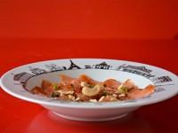 recette saumon mariné au pamplemousse sur une assiette creuse carnet de voyage à paris par assiettes et compagnie