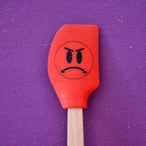 les spatules smiley mettent un coup de bonne humeur dans votre cuisine, ce sont des ustensiles solides, en silicone alimentaire, lavables en machine et très sympa à collectionner