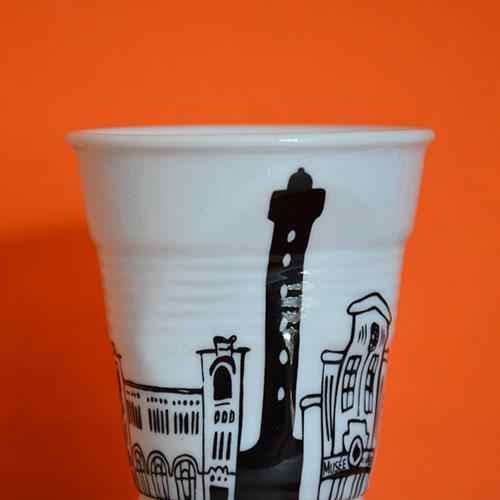 tasse Biarritz une exclusivité d'assiettes et compagnie sur un dessin de béatrice pene, tout le tour de la ville balnéaire et un gout de vacances en prenant son café, édition par la maison Revol en France