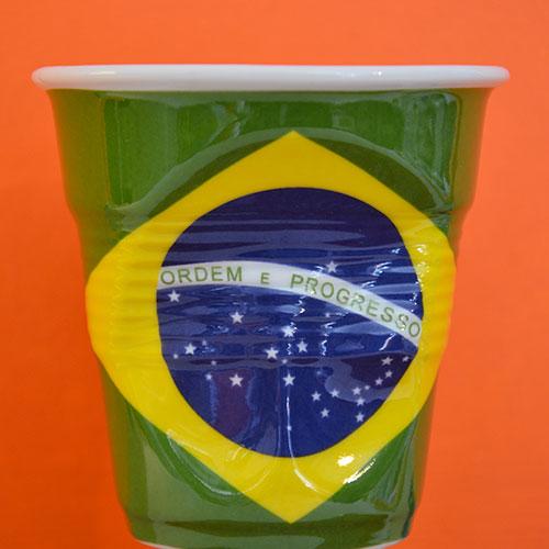 tasse pour café allongé ou pour thé avec le drapeau du brésil c'est une création française par les ateliers de porcelaines REVOL