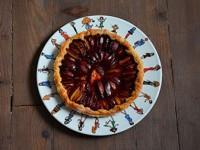 un plat i love shopping accueille cette délicieuse tarte aux prunes maison création assiettes et compagnie