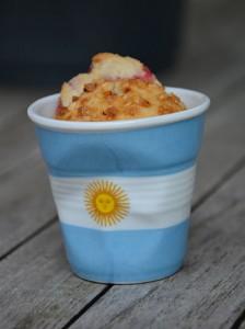 tasse revol drapeau argentine accueille un financier maison aux framboises et éclats de noisettes sur assiettes et gourmandises
