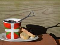 confitures de mures sauvage du pays basque dans tasse pays basque revole et sous tasse froissée revole et cuillere pelle