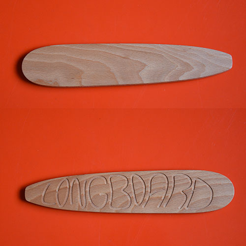 planche à découper Longboard, la planche mythique des surfeurs, une création originale d'assiettes et compagnie en partenariat avec l'ébéniste desmarchelier : une vraie planche à découper en hêtre massif qui reprend le design de la maison basque traditionnelle avec les lambourdes en bois - made in france