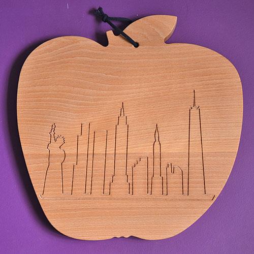planche à découper NYC New York la grosse pomme, une création originale d'assiettes et compagnie en partenariat avec l'ébéniste desmarchelier : une vraie planche à découper en hêtre massif qui reprend le design de la maison basque traditionnelle avec les lambourdes en bois - made in france