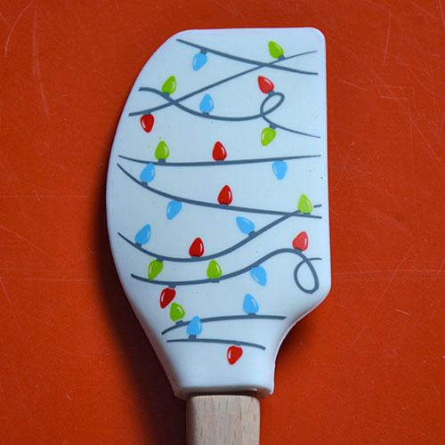 les spatules tovolo mettent un grain de folie dans votre cuisine avec des dessins très originaux, voici le modèle guirlandes de fête, en silicone alimentaire ces spatules sont garanties pour tous les usages de la pâtisserie et de la cuisine