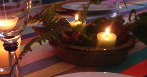 un centre de table en bougies et quelques fougères pour mettre en scène une jolie table de fetes