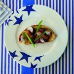 l'assiette de la collection Bleu est une assiette de présentation de 30 cm de diamètre avec une kyrielle d'étoiles bleues cobalt, en porcelaine professionelle, le plat est adapté pour tous les fours et pour le lave vaisselle - creation graphique Béatrice Pene pour Assiettes et compagnie