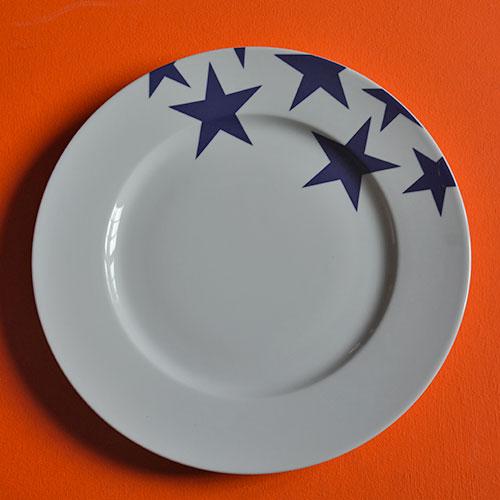 plat BLEU la nouvelle collection de porcelaine d'assiettes et compagnie, toujours en fabrication française et design par béatrice pene