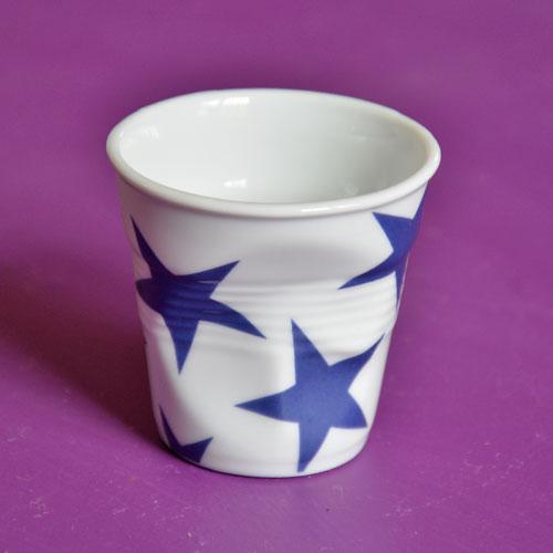 la nouvelle tasse à café Revol complete la collection BLEU d'assiettes et compagnie, une exclusivité dessinée par notre designer Béatrice Pene