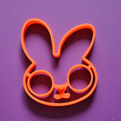 moule à oeufs en silicone en forme de tete de lapin pour faire des oeufs au plat ou des pancakes avec une sacrée allure, une nouveauté d'assiettes et compagnie