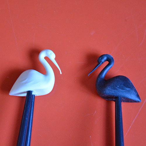 baguettes et porte baguettes oiseaux avec des cigognes blanches ou noires cet ustensile vous servira à manger avec des baguettes comme un pro ou un asiatique !