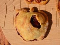 le chausson aux pommes maison est en forme de pomme mais c'est normal sur assiettes et gourmandises