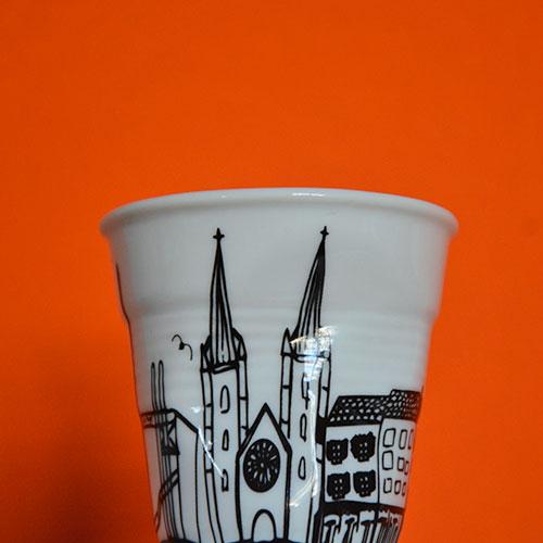 la tasse Bayonne pour évoquer l'une des villes emblématiques de la côte basque, éditée par la maison revol pour assiettes et compagnie - dessin par béatrice pene