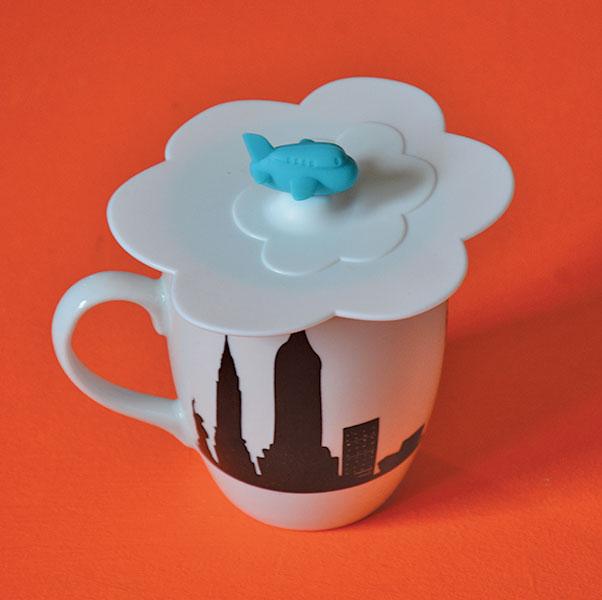 couvercle de tasse pour préserver votre breuvage au chaud, voici un couvercle en silicone représentant un nuage et son avion