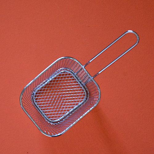 un panier à frites en inox qui accueille juste une portion de frites car c'est un panier miniature qui ressemble au vrai panier des friteuses, en inox