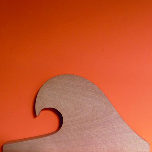 planche à découper La Vague Belharra est une vague géante du Pays basque, en version planche elle vous servira de billot de bois. fabrication française par un ébéniste de bayonne - création Béatrice pene pour assiettes et compagnie
