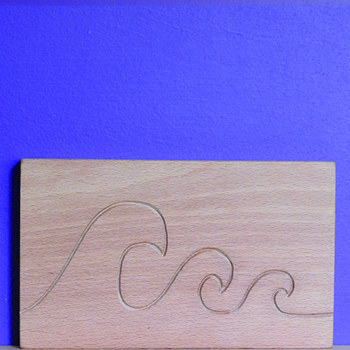 petite planche à découper avec 3 vagues gravées - creation graphique par béatrice pene pour assiettes et compagnie