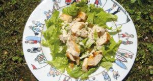 recette de salade caesar, un incontournable du blog et une recette facile à réaliser, présentation sur plat creux family surf