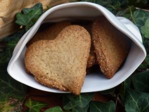 recette de cuisine pour la saint valentin avec des sablés bretons en forme de coeur présentés dans un cornet de frites en porcelaine de chez revol