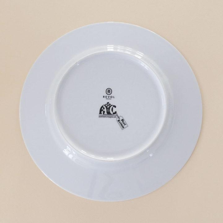 l'assiette basque par assiettes et compagnie retrace toutes les richesses culturelles et architecturales du pays basque, faites le tour des plus jolies villes et des coins cachés qui font tout le charme du pays basque - dessinées à biarritz, les assiettes sont fabriquées par la célèbre maison de porcelaine Revol