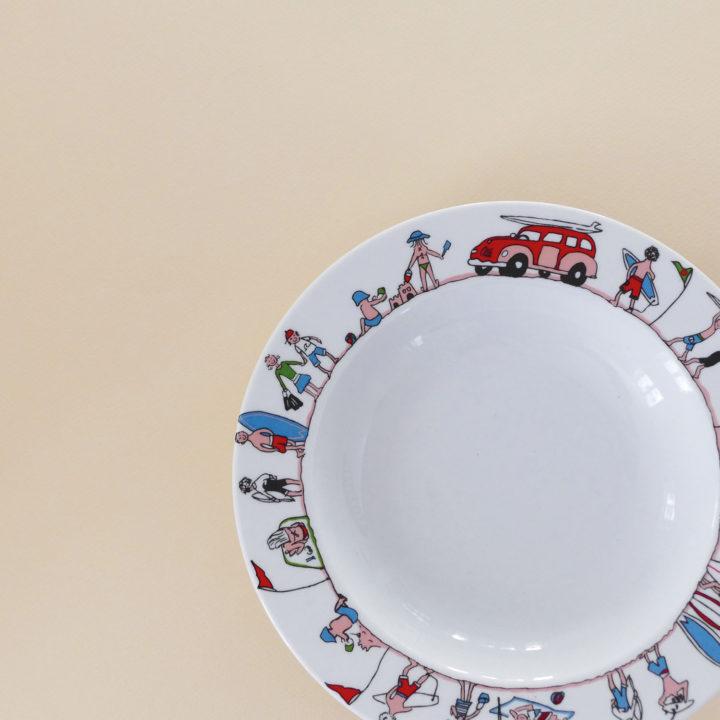 plat creux family surf pour mettre vos plats d'été bien en valeur, palt adapté à tous les fours, une création exclusive assiettes et compagnie éditée par revol porcelaine