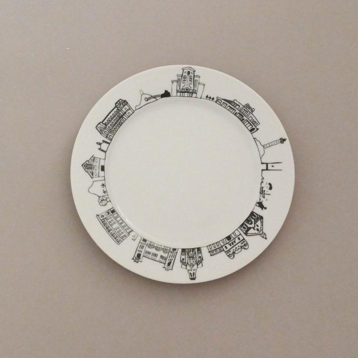 l'assiette dessert Biarritz par assiettes et compagnie c'est un véritable carnet de voyage dans la ville - une création assiettes et compagnie éditée par le porcelainier Revol - made in france