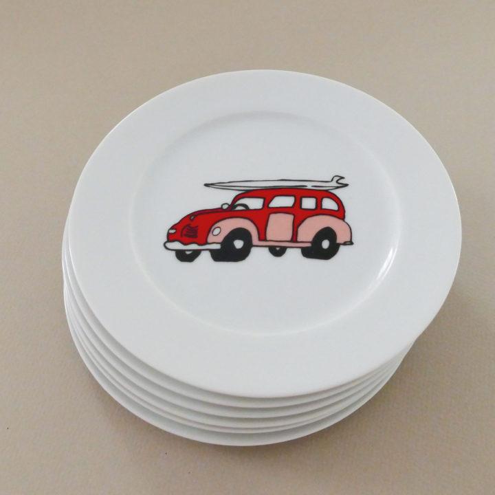 coffret mini surfing est un coffret de 6 assiettes à desserts avec un dessin original pour chaque assiette, une série exclusive d'assiettes et compagnie
