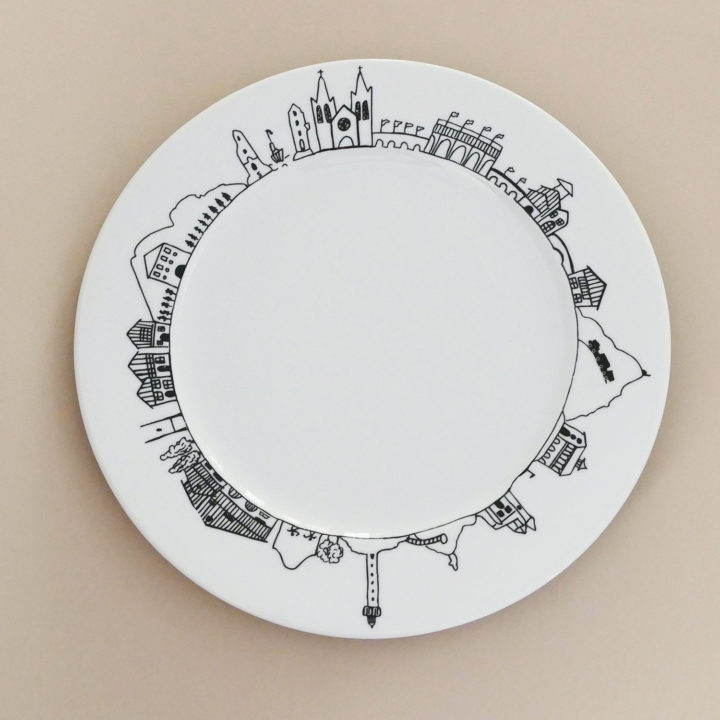 plat pays basque en porcelaine par assiettes et compagnie, édité par revol porcelaine