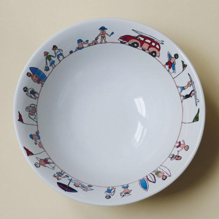 saladier family surf par assiettes et compagnie, éditée par la maison revol, porcelaine made in france; création originale d'assiettes et compagnie