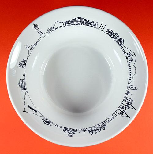 les saladiers Assiettes et compagnie sont éditées en France par la maison Revol, ils sont généreux , dociles car ils vont du four à la table, passent au lave vaisselle et sont juste beaux !
