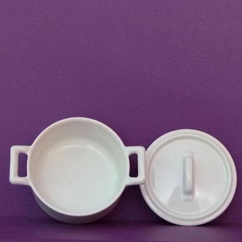 mini cocotte en procelaine avec couvercle par la manufacture revol dans la drome en France