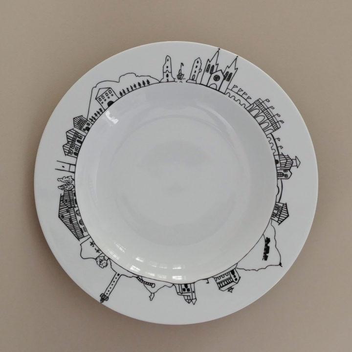 plat creux pays basque en porcelaine par assiettes et compagnie, édité par revol porcelaine