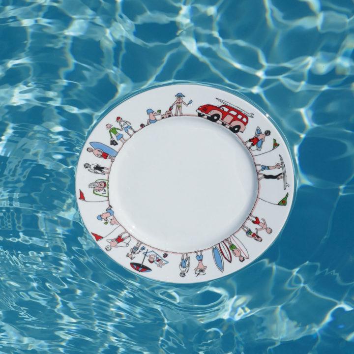 plat de présentation family surf, une collection exclusive d'assiettes et compagnie fabriquée en france par revol porcelaine, un plat creux pratique comme un plat à gratin qui va à tous les fours et au lave vaisselle
