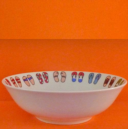 la coupelle Tongs de la collection Family surf est une création exclusive pour Assiettes et compagnie avec un dessin de Béatrice Pene