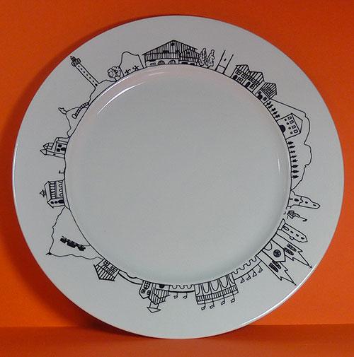 plat pays basque pour présenter, pour gratiner, en faisant le tour du pays basque, création française par les ateliers revol et en exclusivité pour assiettes et compagnie