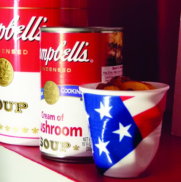 tasse froissée drapeau USA par revol - creation graphique béatrice pene pour assiettes et compagnie - contenance 8 cl