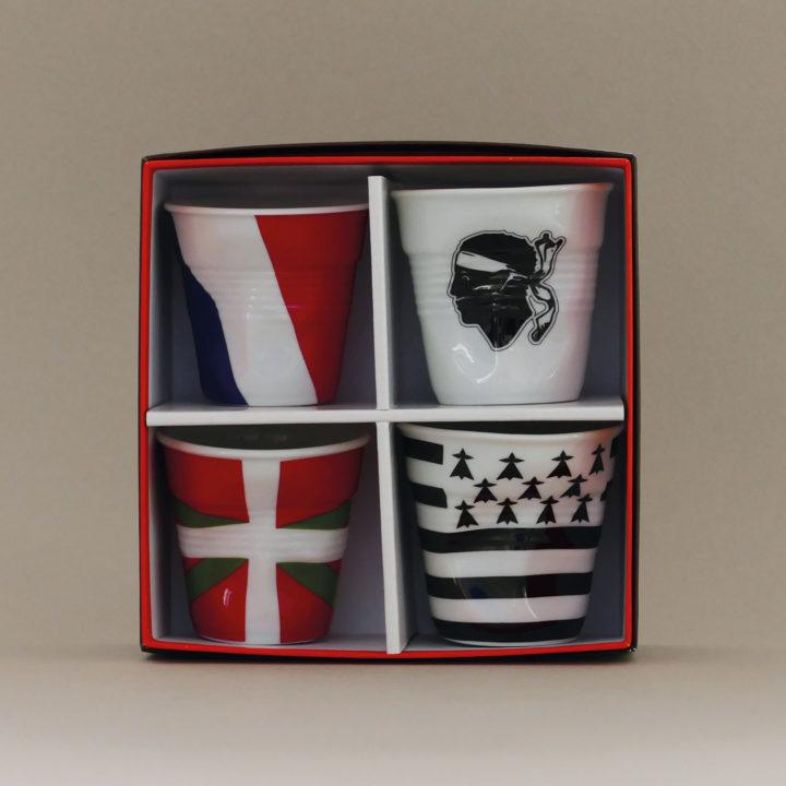 coffret de 4 tasses drapeaux revol avec la france, la corse, le pays basque et la bretagne - design béatrice pene pour Revol et Assiettets et compagnie