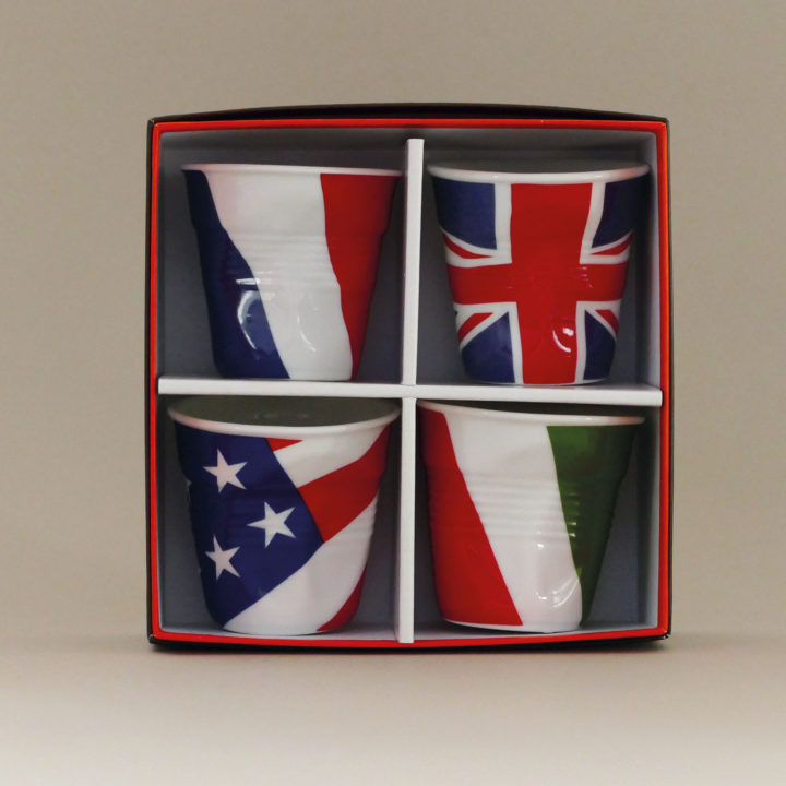 coffret de 4 tasses drapeaux revol avec la france, la grande bretagne, l'italie et les états unis - design béatrice pene pour Revol et Assiettets et compagnie