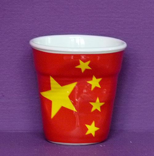 la chine en version tasse à café froissée par Revol est une création de Béatrice Pene pour la célèbre manufacture de porcelaine française