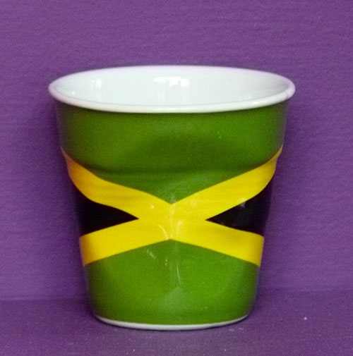 La Jamaïque en version tasse à café froissée par Revol est une création de Béatrice Pene pour la célèbre manufacture de porcelaine française