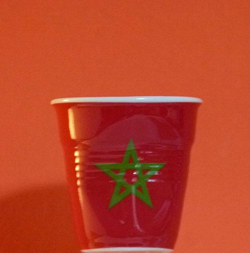 Le Maroc en version tasse à café froissée par Revol est une création de Béatrice Pene pour la célèbre manufacture de porcelaine française