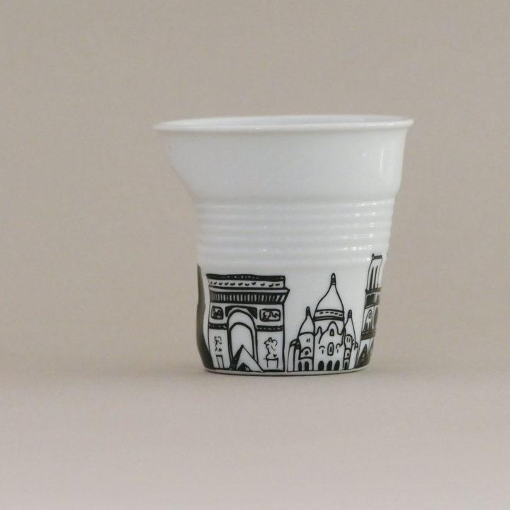 tasse froissée Paris, avec tous les monuments de paris, dessinée par béatrice pene pour le centenaire d'un très célèbre magasin parisien, éditée par la maison de porcelaine Revol, made in france